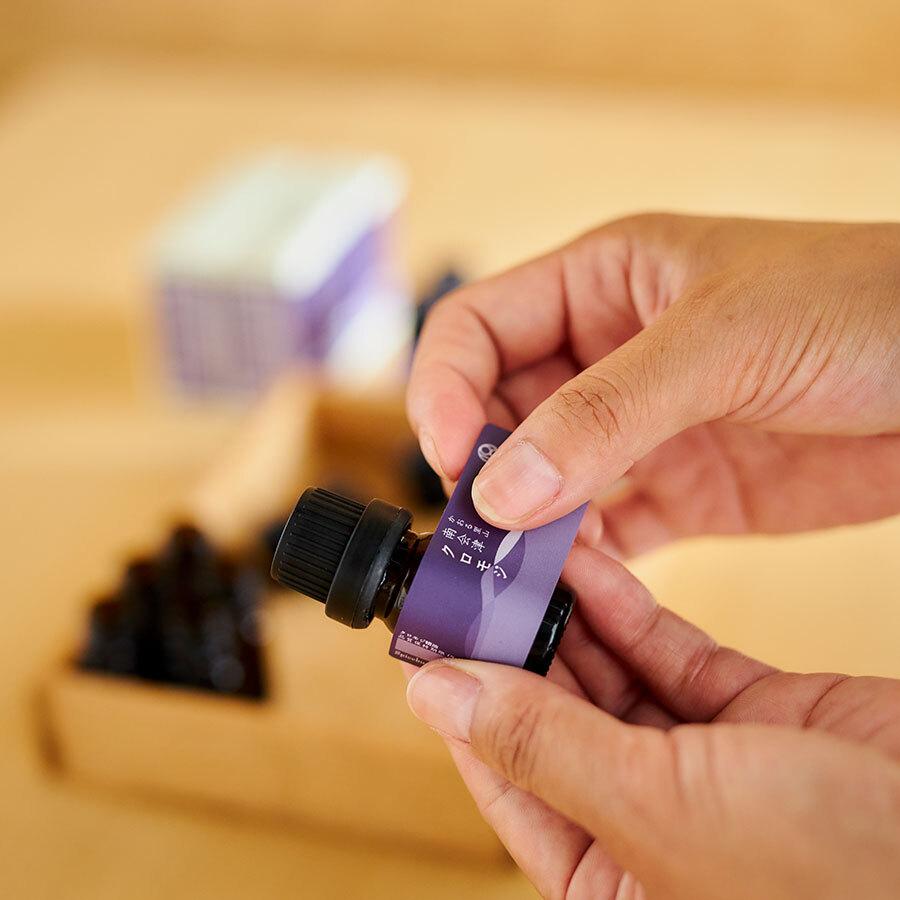 近年ではお茶や入浴剤としても人気のクロモジ。落ち着いた木の香りの中に甘さと爽やかさを内包する。