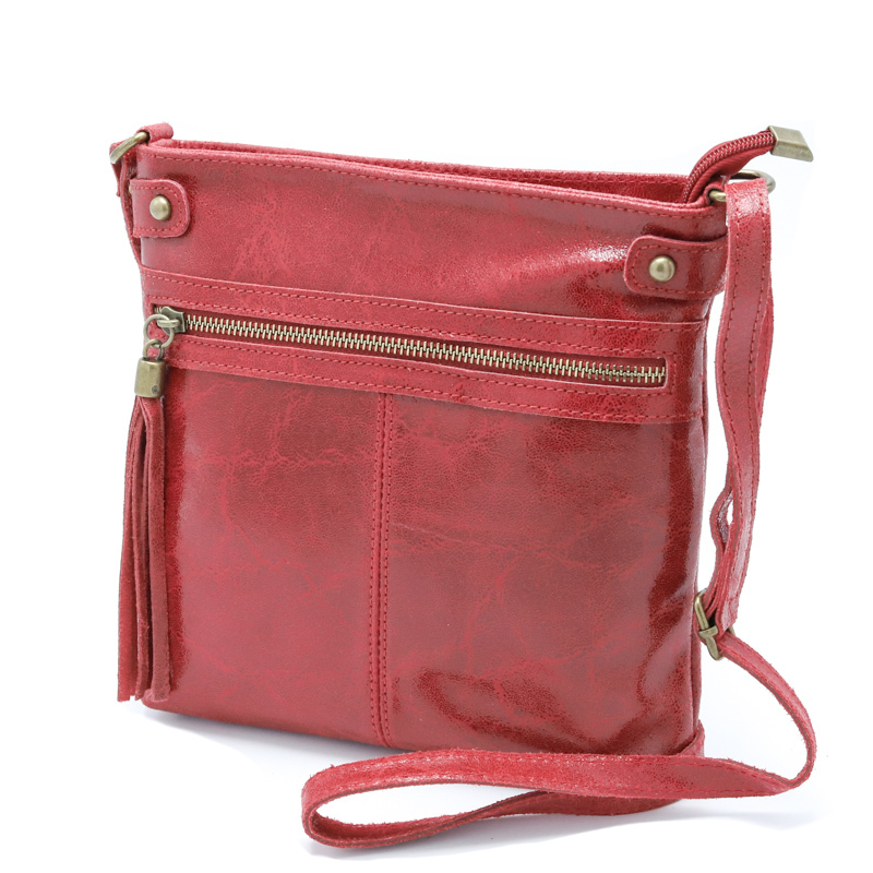 真っ赤な艶のあるおしゃれなポーチバッグ