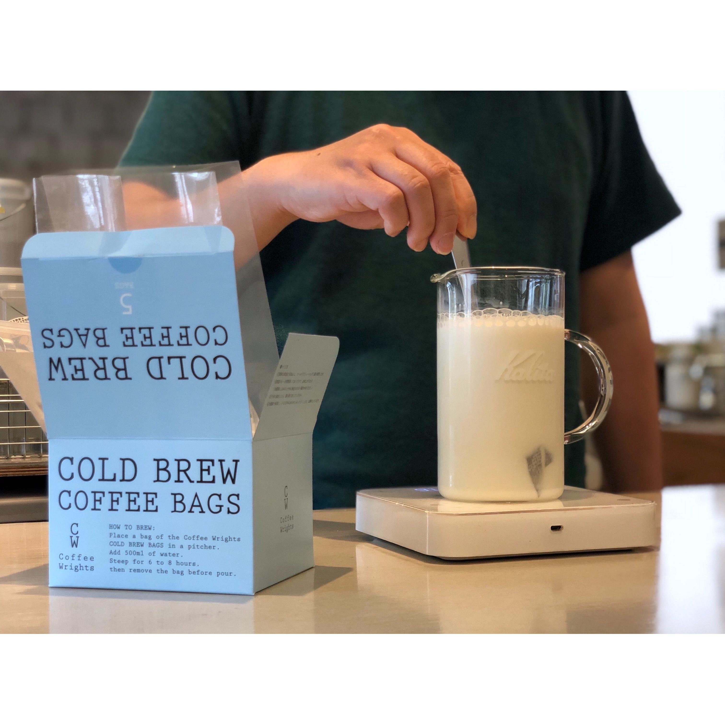 バッグの中のコーヒー粉がミルクに浸るよう押し混ぜる。