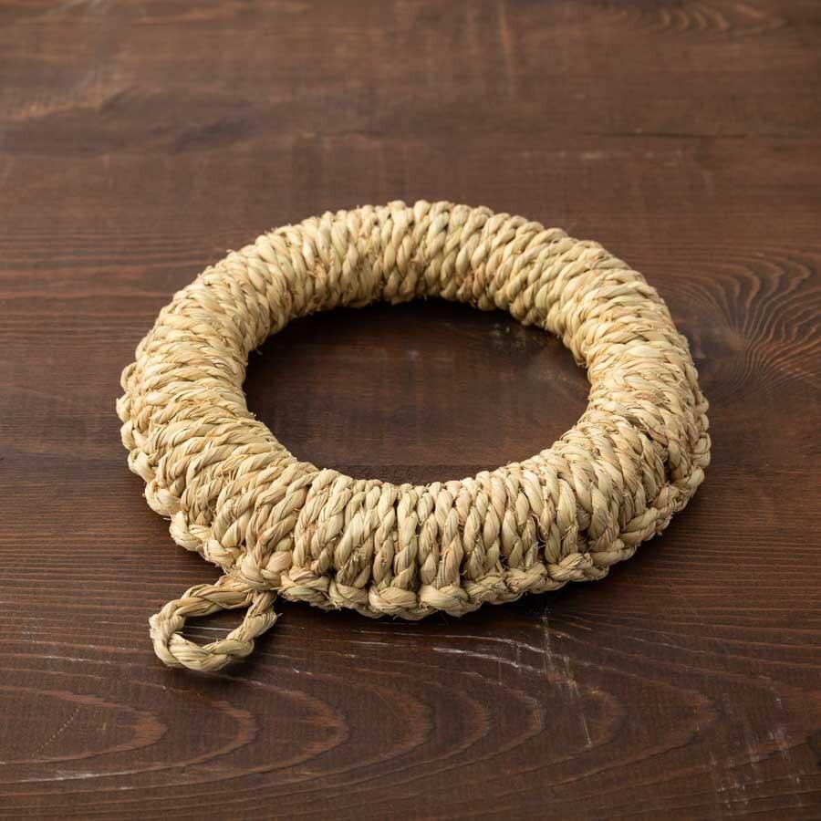 土鍋も受け止める安定感ある鍋敷き。中の芯まで手綯いの縄でつくられている。