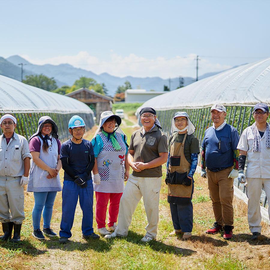 田んぼに畑、きのこづくりと多面的な農作に精を出す『伊南の郷』のスタッフたち。
