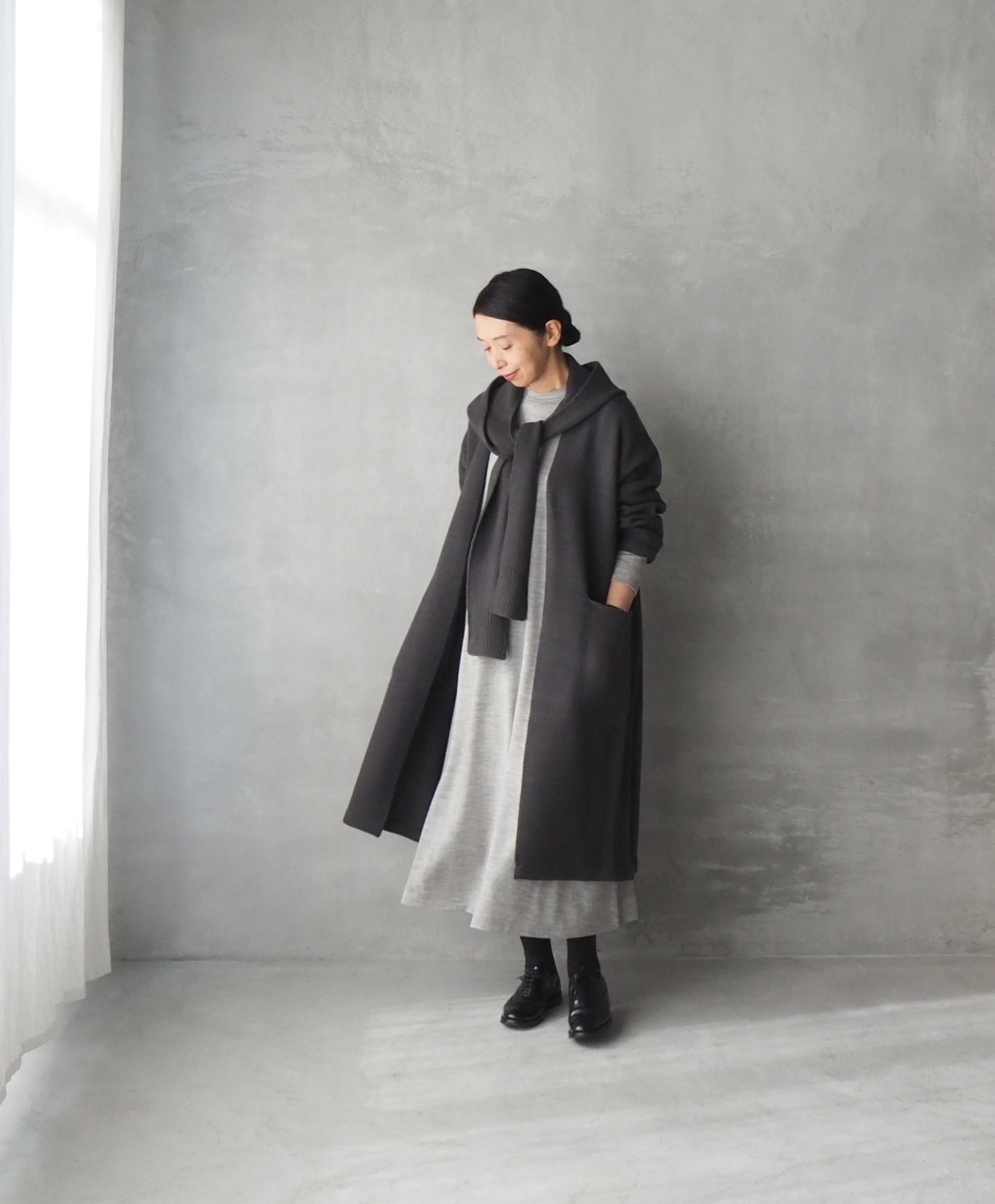 シンプルなワンピースなので、冬のコートやニットの中に着てもすっきり見えます