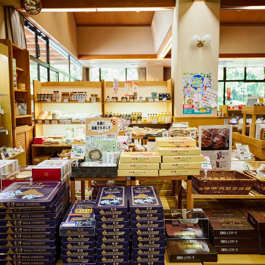 広い館内は商品のジャンルごとにすっきりとレイアウト。地元野菜の直販も人気。