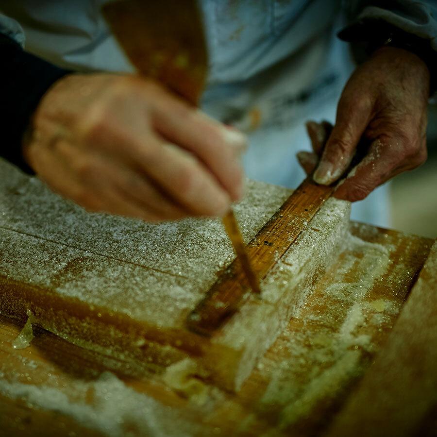 菓子作りに使う道具は、工夫を凝らした手製のものも多い。手にしっくりと馴染んでいる。