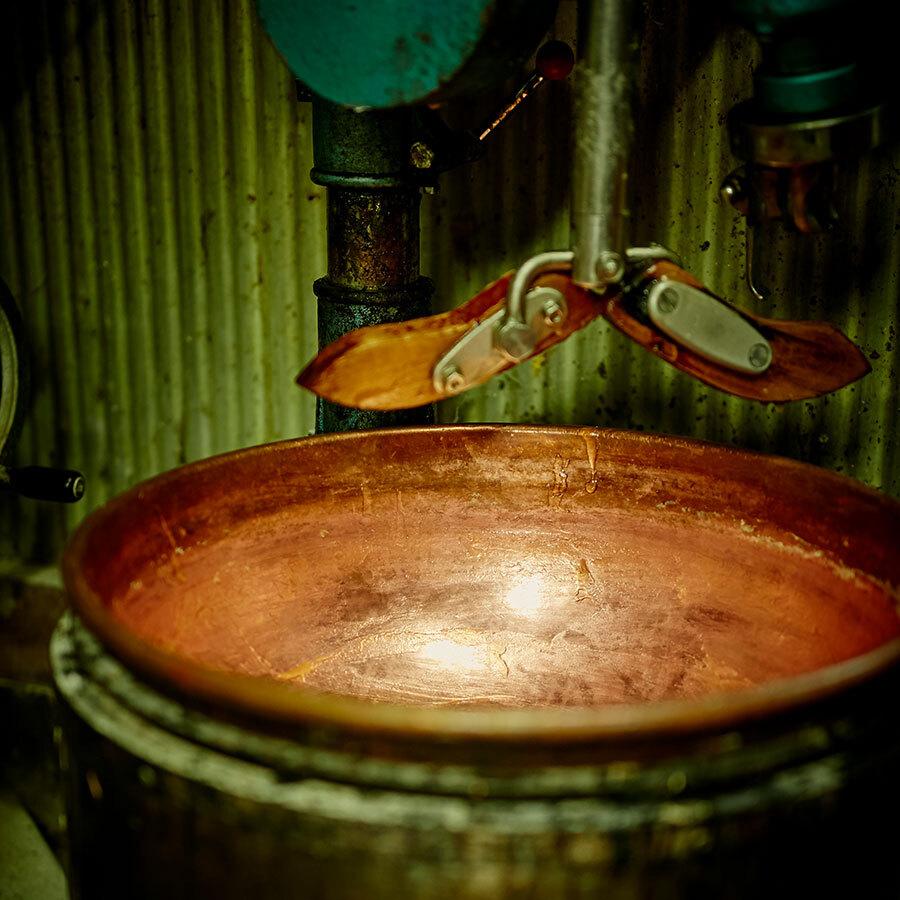 2代目・英夫さんが70年を共にした銅鍋は今やお店の象徴的存在。今日も大切なあんを練る。