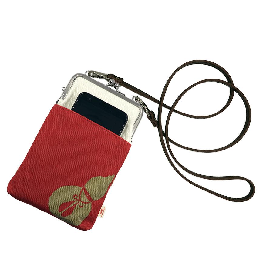 前面にポケットがあり、スマートフォン等入れられます