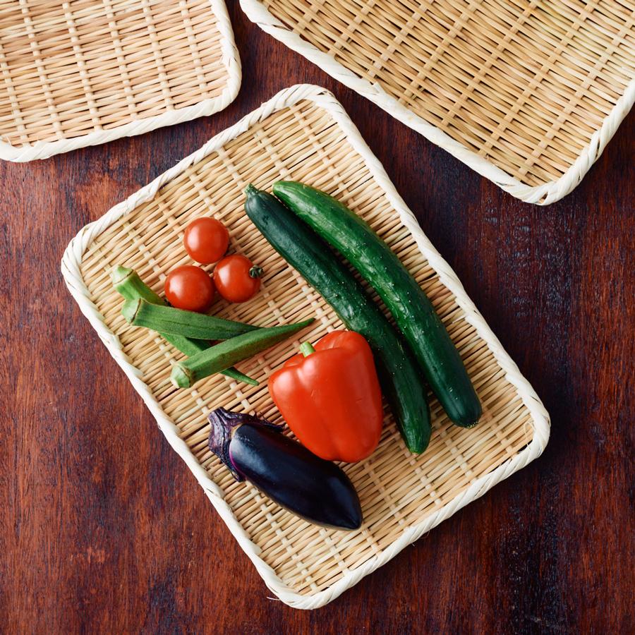 野菜の水切りはもちろん、そばやうどん、素麺などを乗せて、そのまま食卓に出してもいい(角盆ざる 尺)