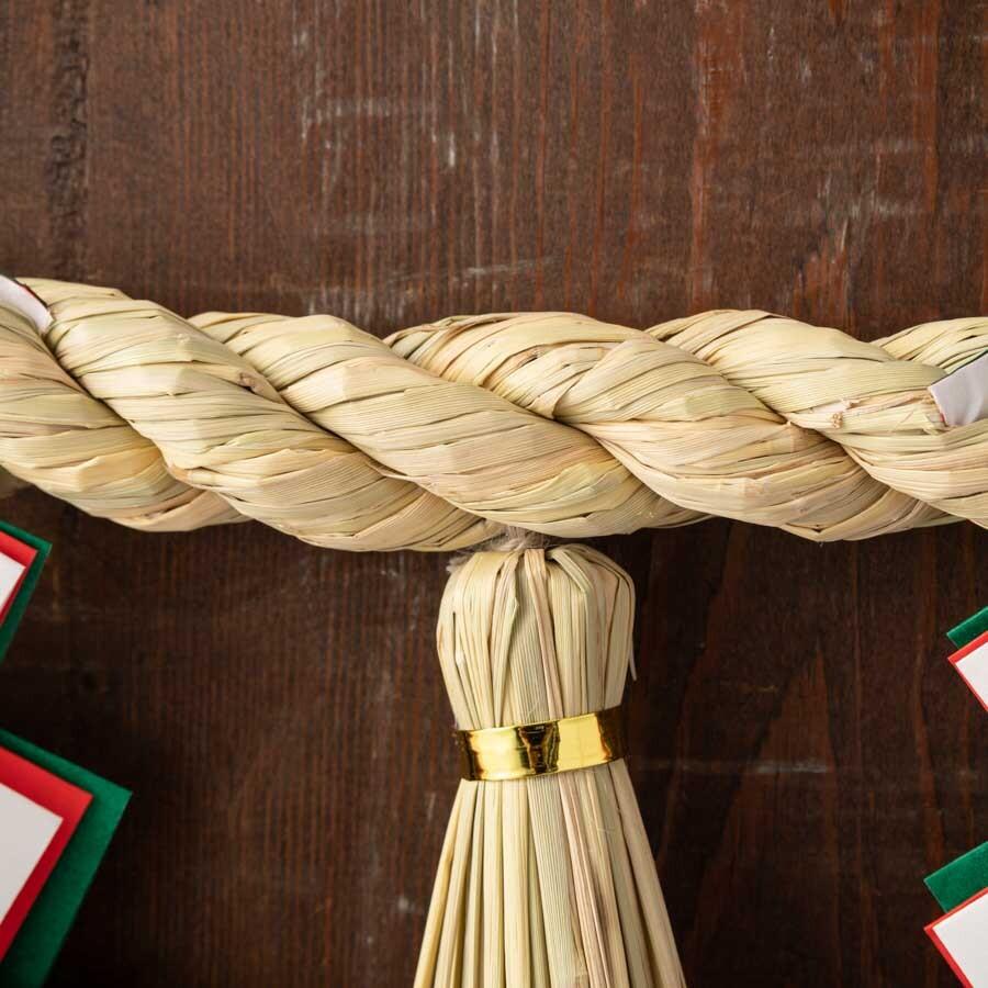 玄関や神棚に。3つの房のシンプルなしめ縄です。