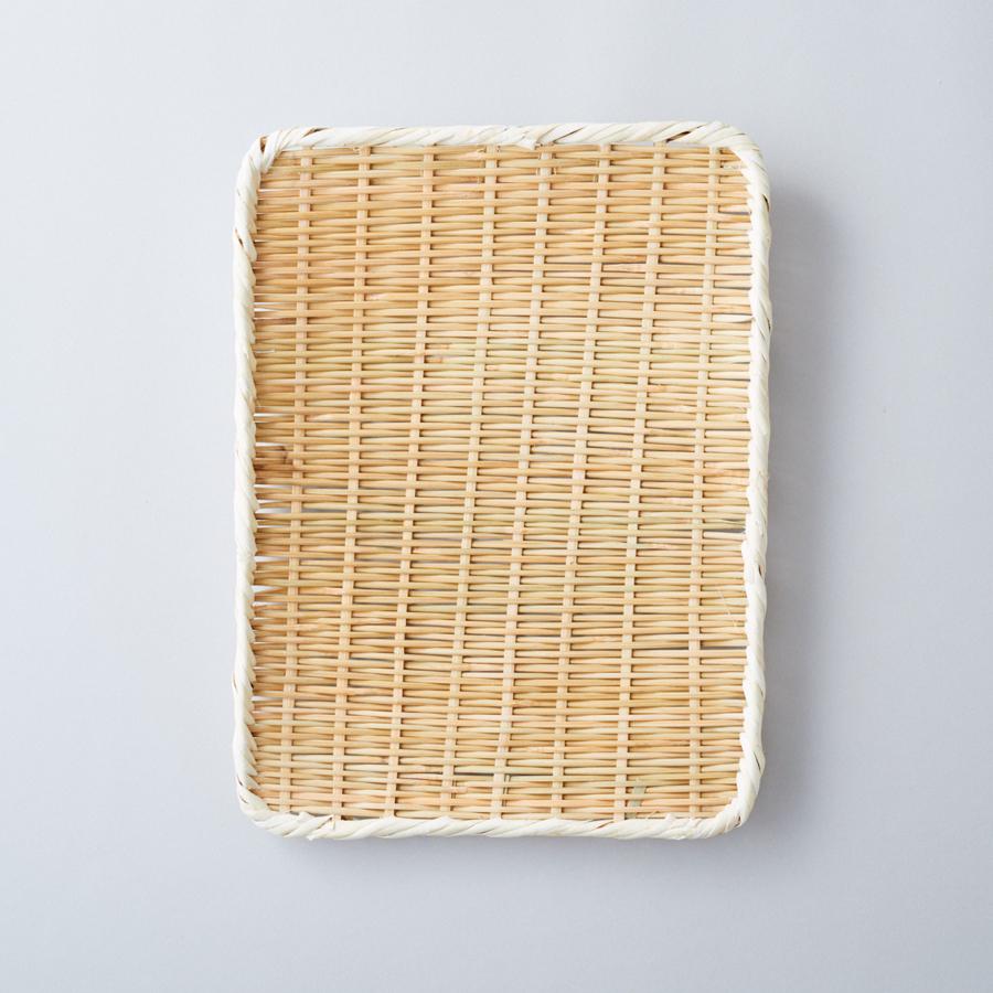 竹のつるつるした表皮がざる裏に、裏皮が表に