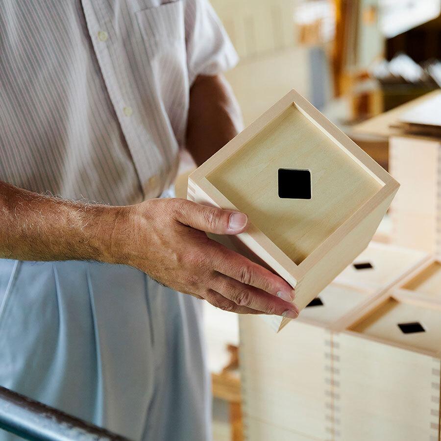 「CUBICOLO」は専用の木箱付き。木箱にしまうこと自体もパズルとして楽しめる。
