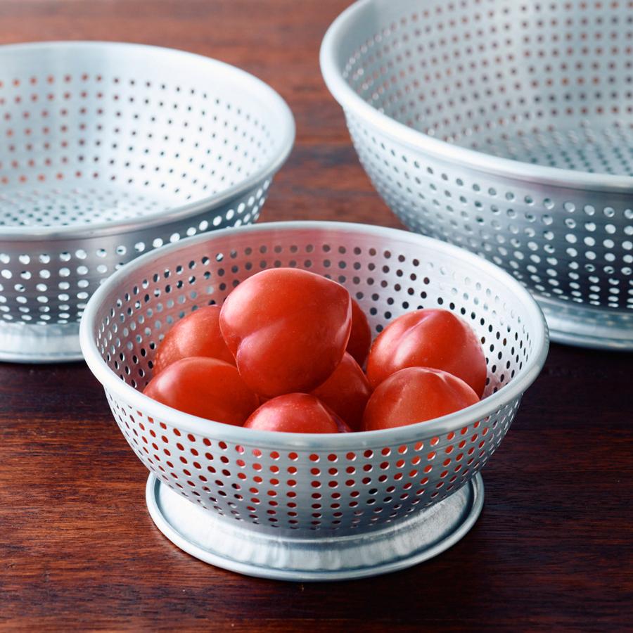 プラム、さくらんぼなどの果物や、おくら、大葉などの小さな野菜にも(アルマイトざる小 直径約18cm)