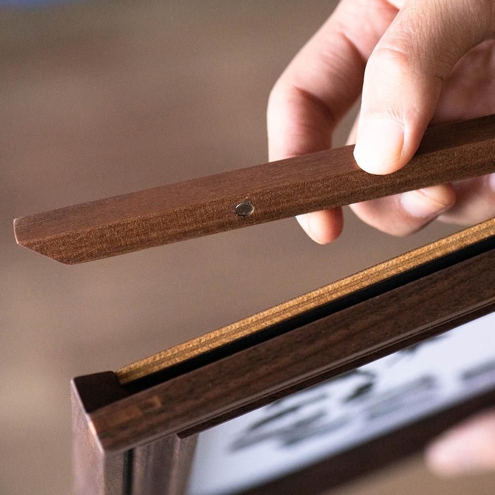背面の出し入れ部分は磁石になっています。