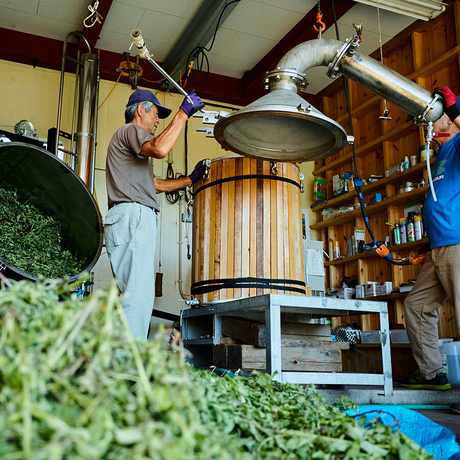 南会津に立つアロマ蒸留所。所内は生と蒸留後、両方のいい香りに満たされている。