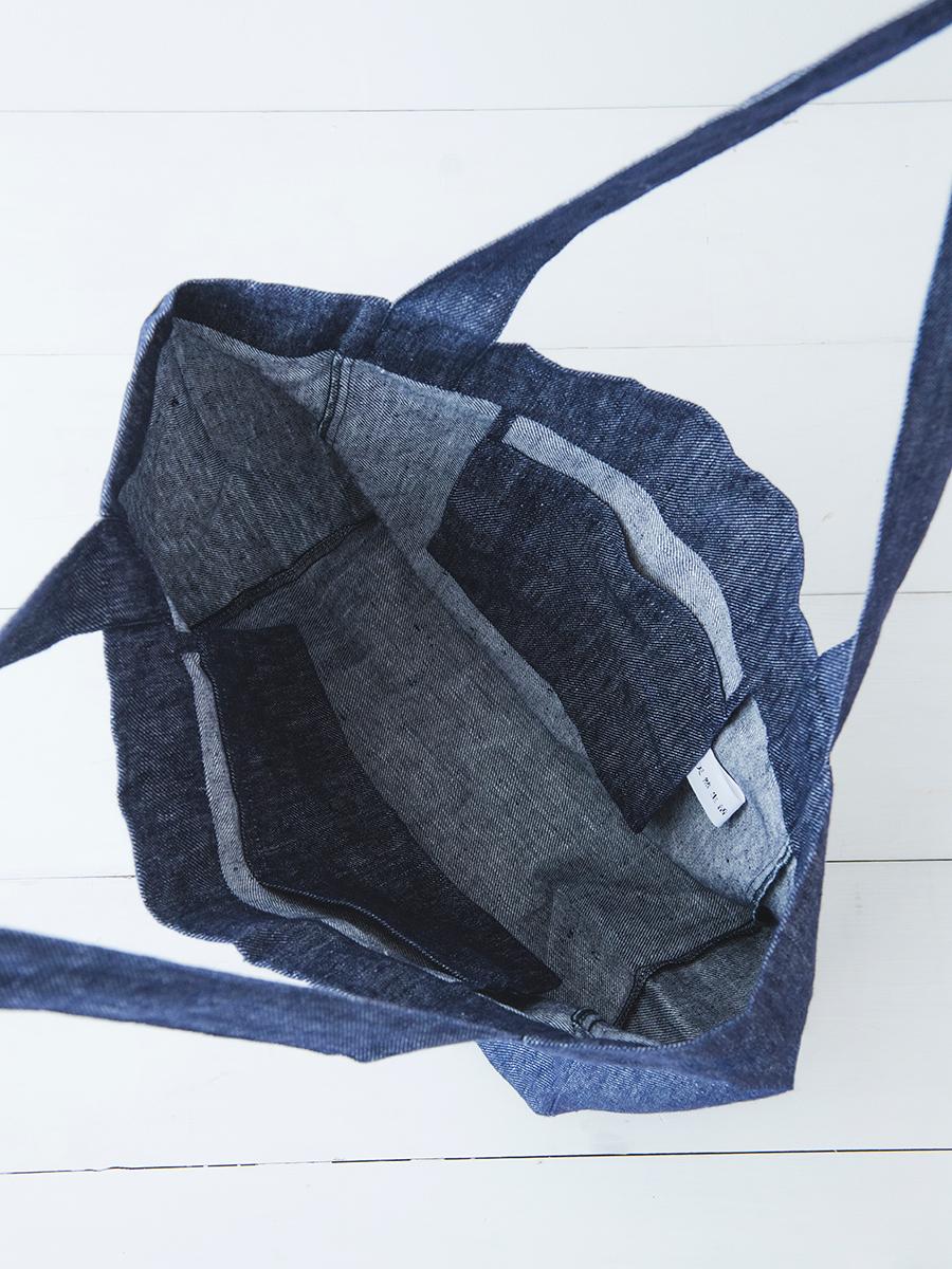 バッグの両サイドに小2個と大1個のポケットが付く