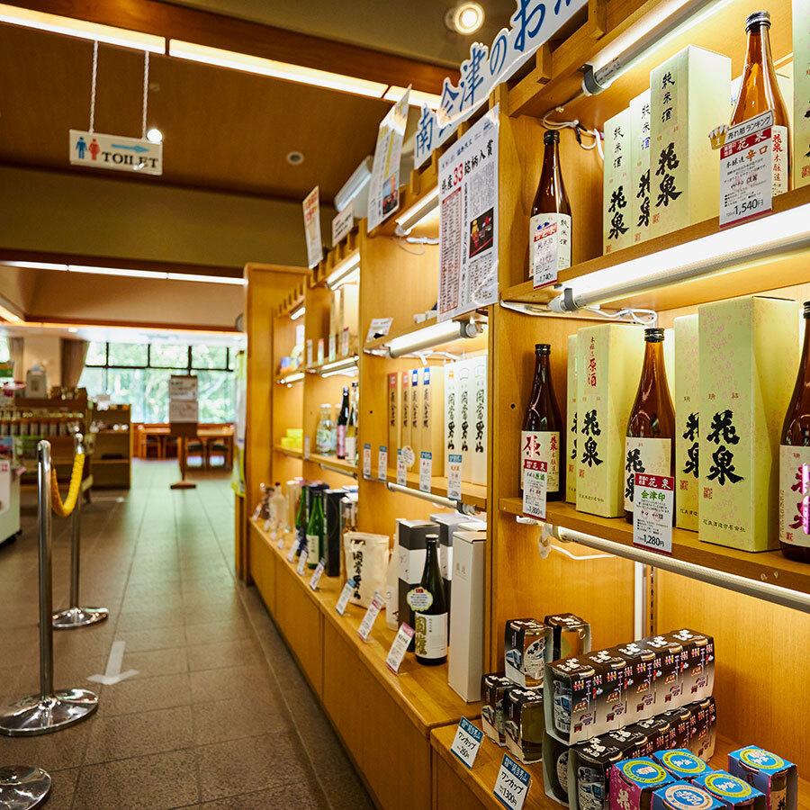 南会津の地酒が豊富に揃い、お土産に最適な化粧箱も。手頃なおつまみもラインナップ。