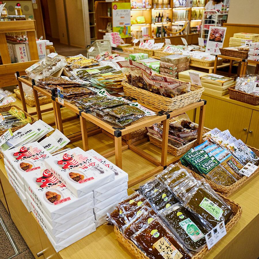 地元のおかあさん、おばあちゃんたちの味を伝える漬物や佃煮の商品も豊富。