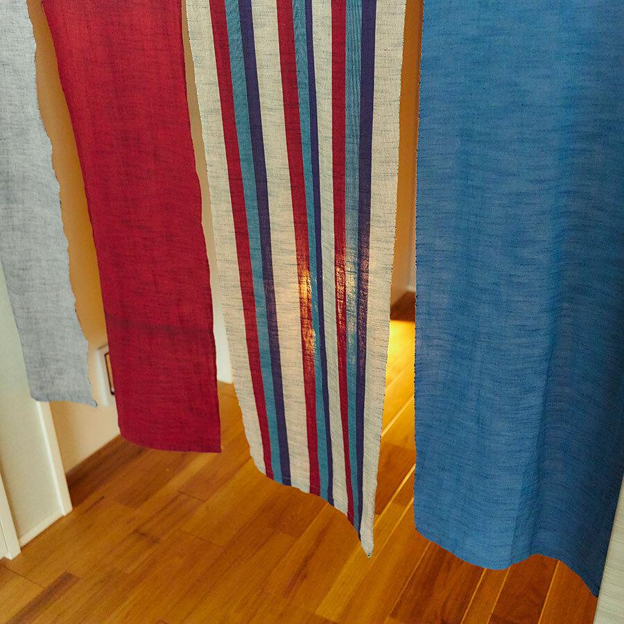 工房に飾られた大暖簾にも、会津木綿の色彩の鮮やかさがよく表現されている。