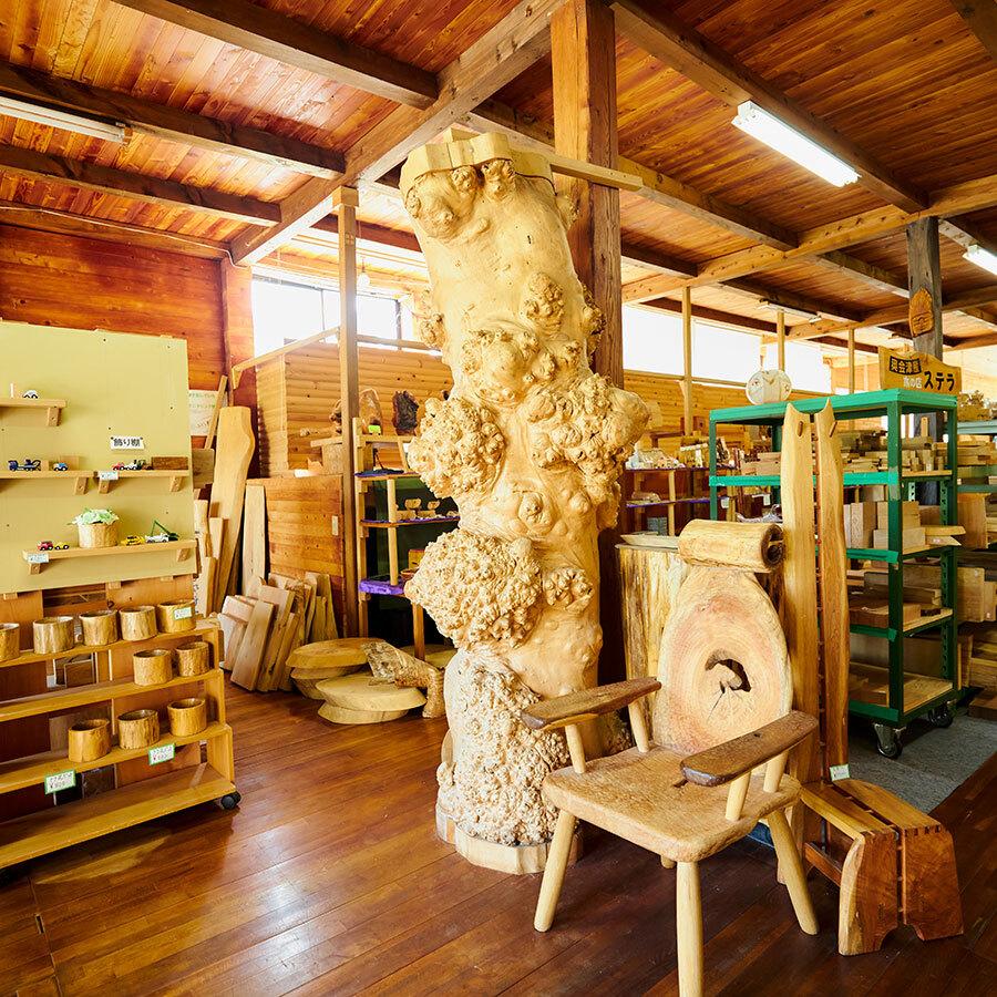 店内を席巻する木製品によって、木という材料の柔軟さ、多様性に改めて驚かされる。