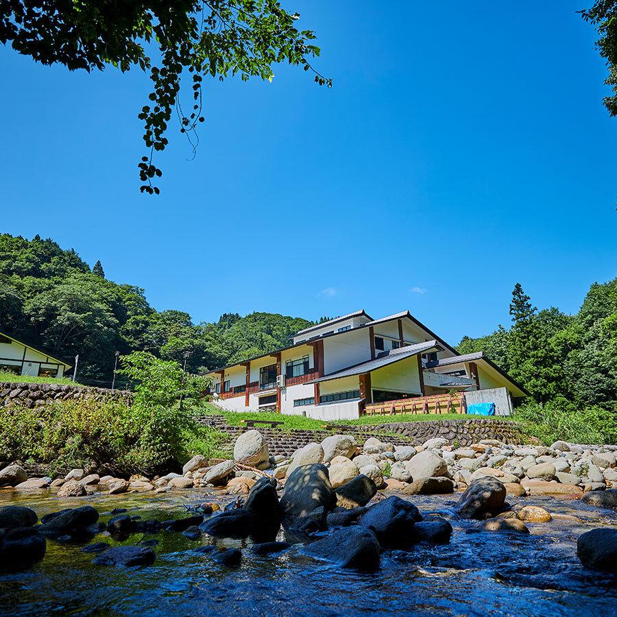 伊南川の支流である小屋川沿い。せせらぎの風景を眺めながら露天風呂が楽しめる。
