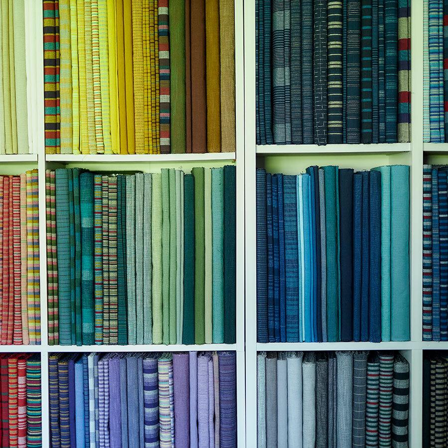 とりどりの布がストックされたシェルフ。この色彩が会津木綿の大きな魅力のひとつ。