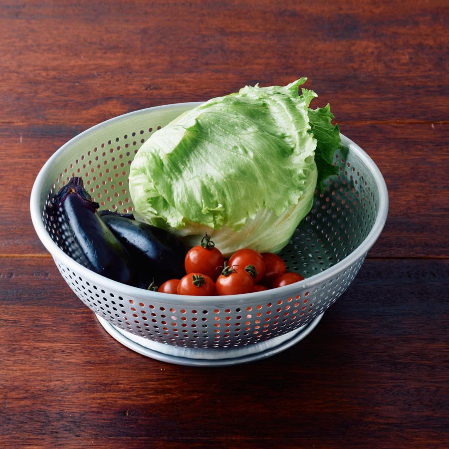 たくさんの野菜が一度に入ります。食器の水切りにも便利。(アルマイトざる大 直径30cm)