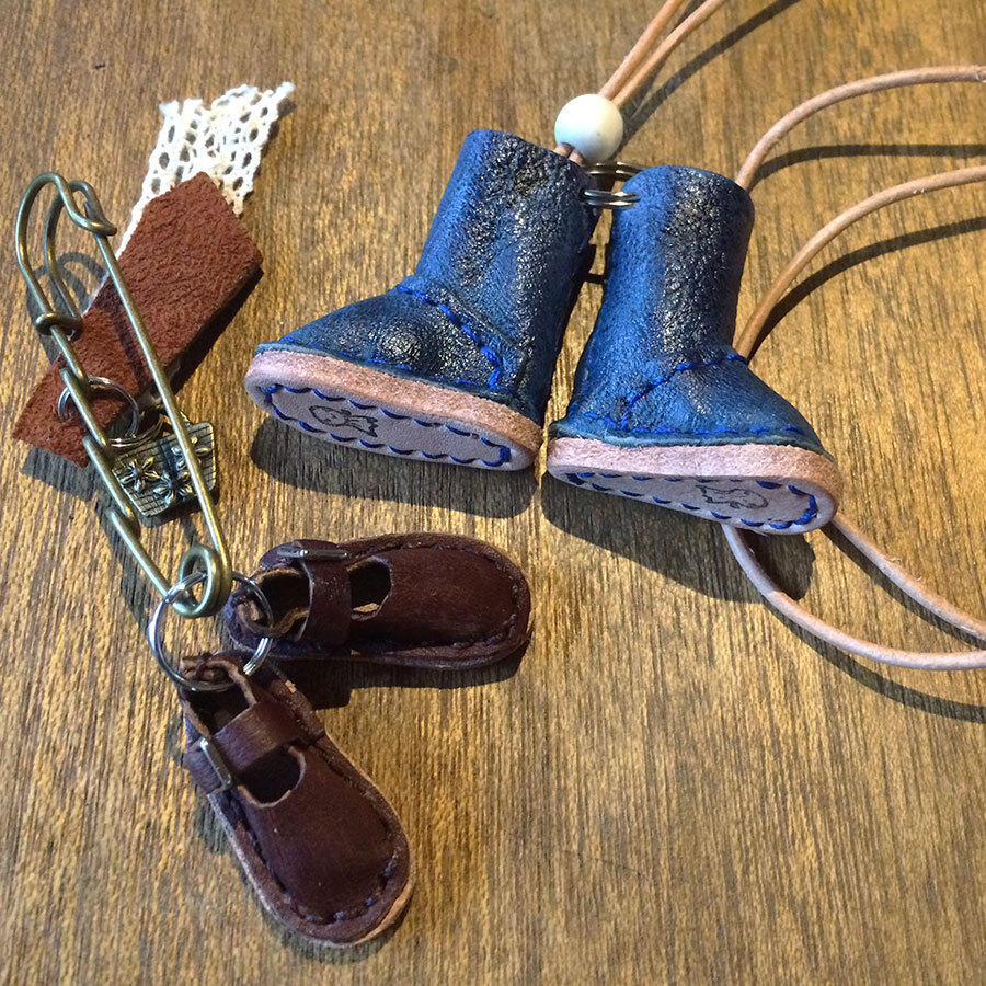 しなやかな鹿革は細やかな細工にも向く素材で、小さく愛らしいマスコットも人気。