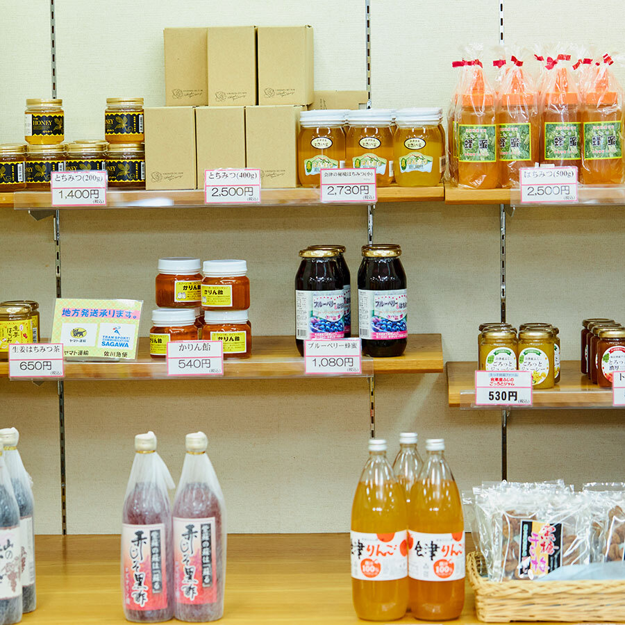 蜂蜜や米、酒など、ジャンルごとにブースが分かれており、目当ての商品が探しやすい。
