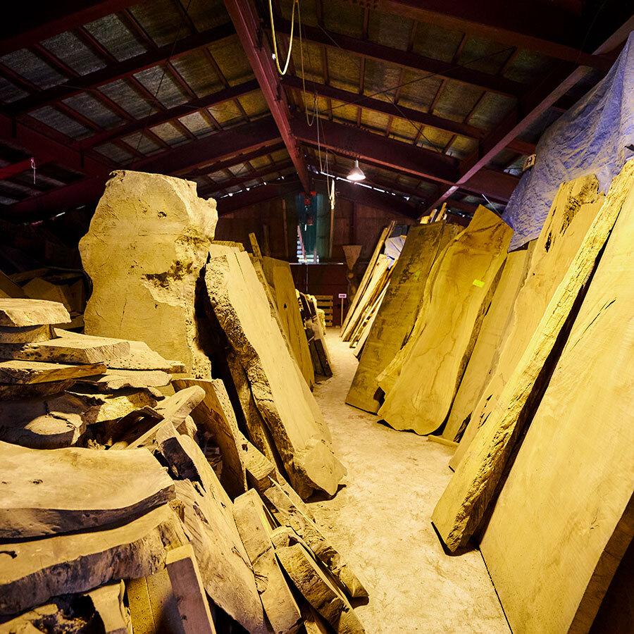 さまざまな木材は、どれも数百年を経て育ち、50年かけて自然乾燥されたもの。