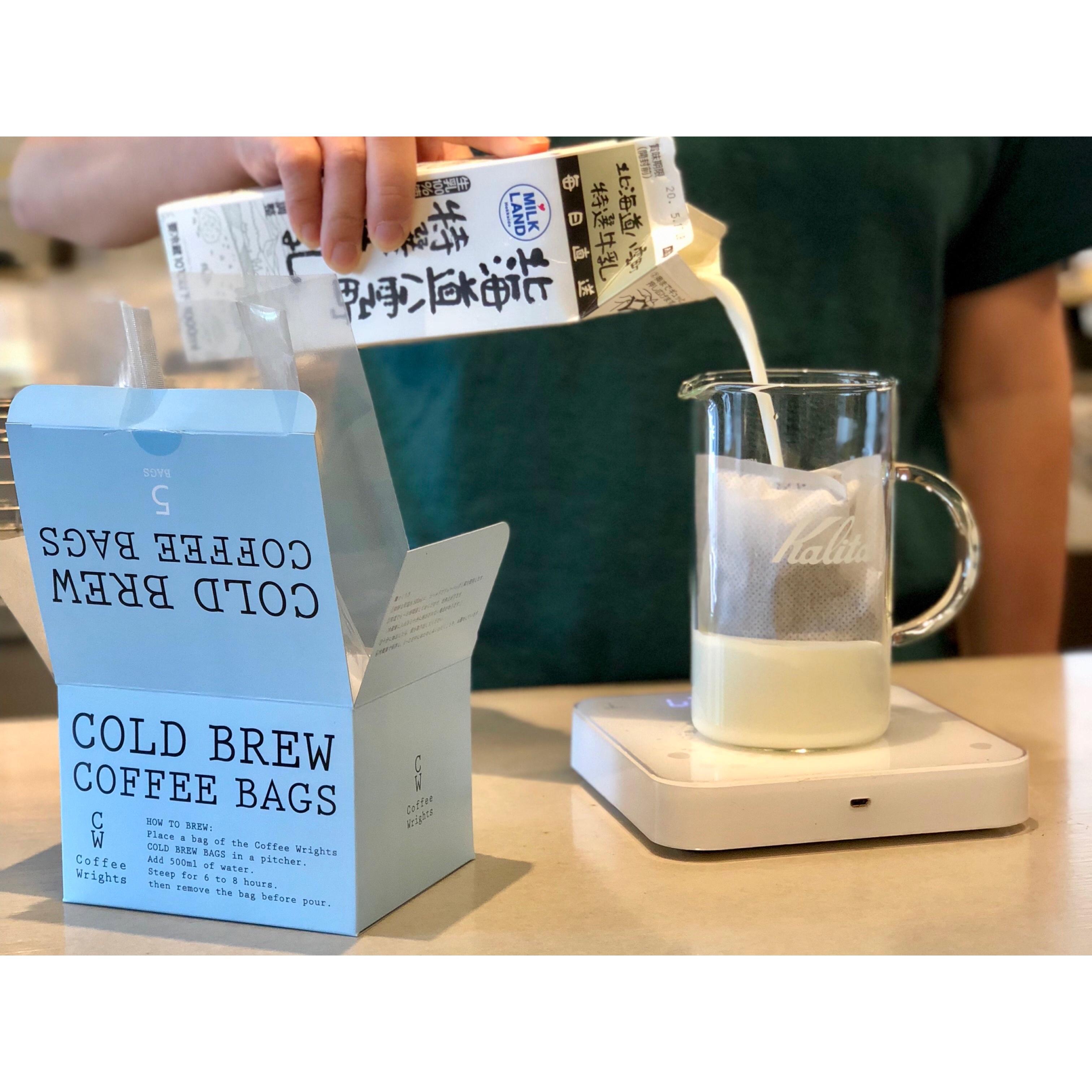 バッグ1袋に対して500gの牛乳またはお好みのミルクを注ぐ。