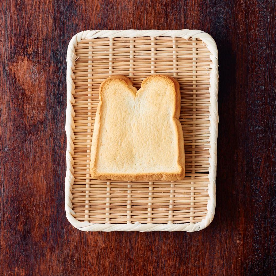 おにぎりやトーストなど、ひとり分のごはんを乗せるトレイがわりにも(角盆ざる8寸)