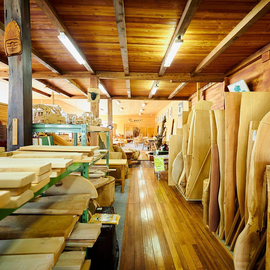 天然木を全面に活かした店づくり。店とミュージアム、工房が一軒に。