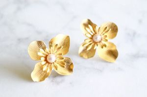Gold flower pierce