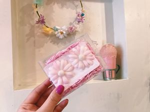 """fig_ui - """"baby pink daisy"""" earring 