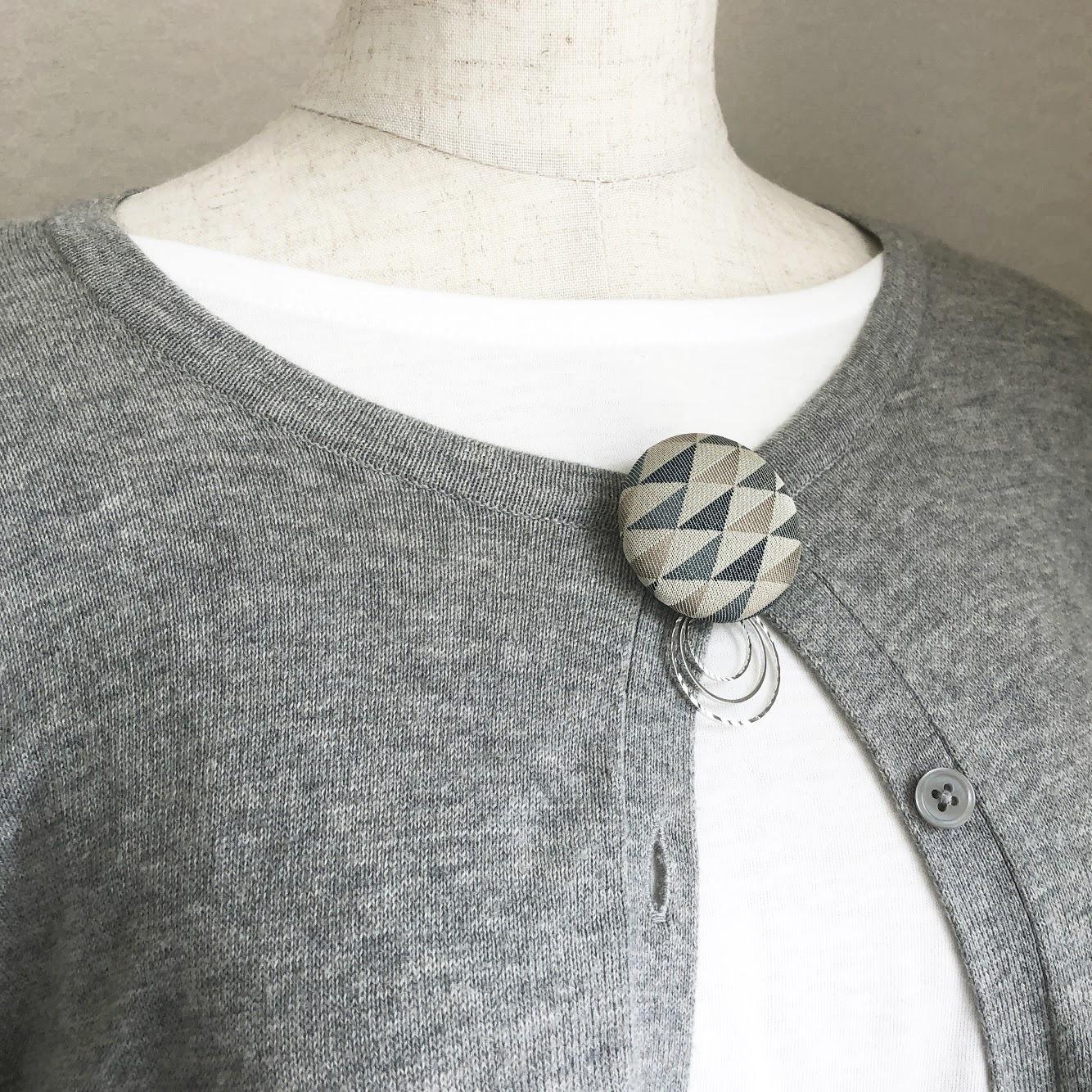 ブローチ(3.8cm/チャーム付き/西陣織/鱗柄)