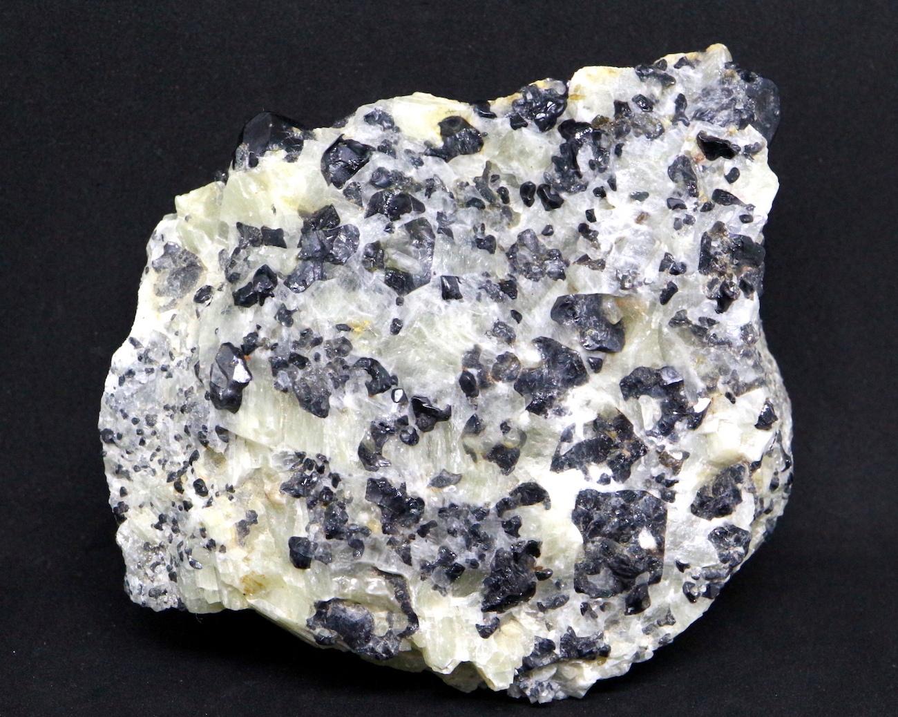 ブラック スピネル カナダ産 母岩付き 原石 721,4g SPN004