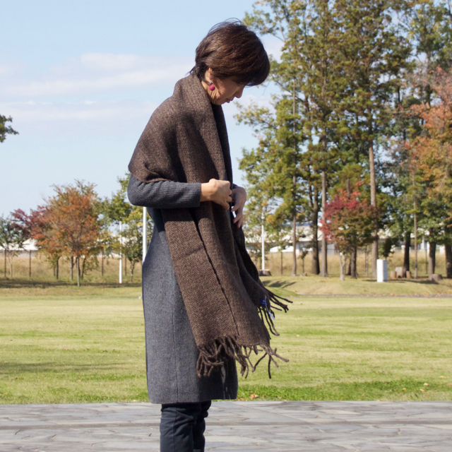 手紡ぎ手織りのショール〈やわらかタイプ〉(濃茶)