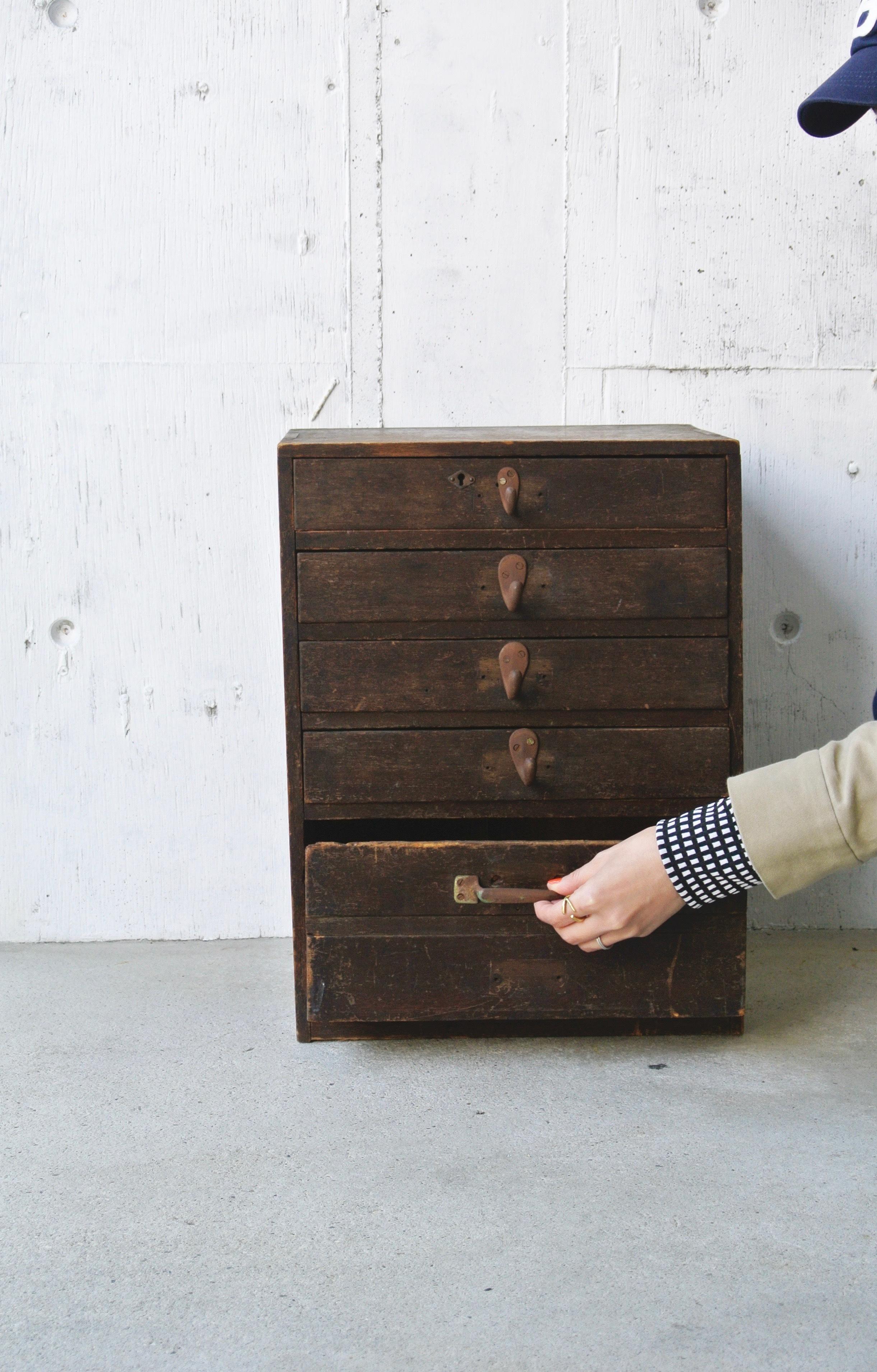 濃い木味の小引き出し5段[古家具]