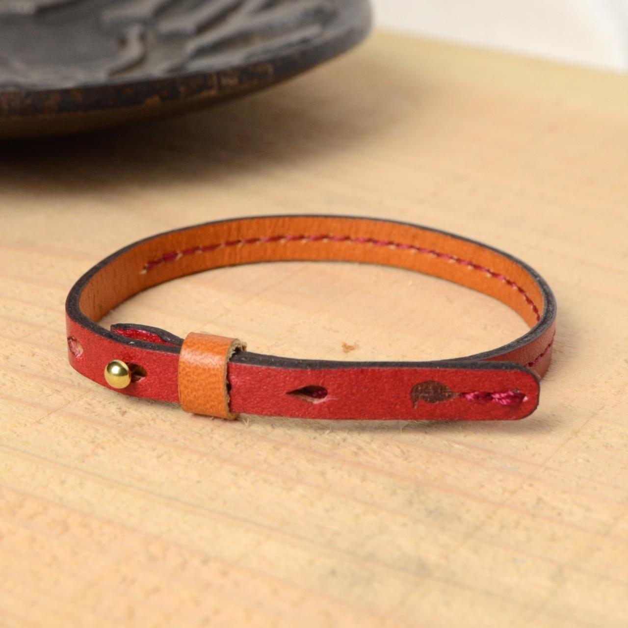【BL101_RD】ミニ真鍮ギボシのエレガント牛革ブレスレット(レッド)〜重ね付けやフォーマルなシーンに〜