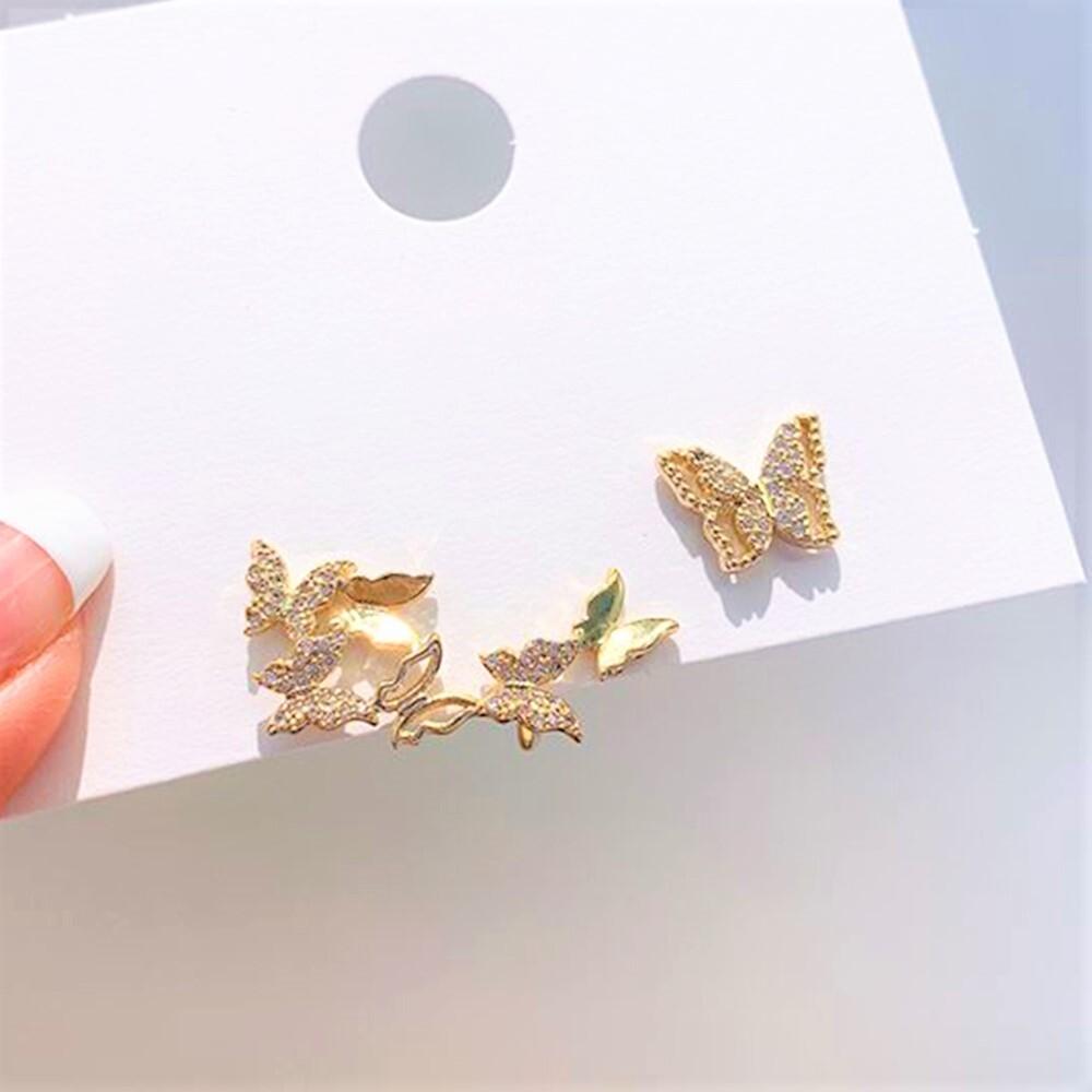 ☆数量限定再入荷☆【ゴールドに輝き羽ばたく蝶】ラインストーン バタフライ・両耳用非対象イヤーカフピアス