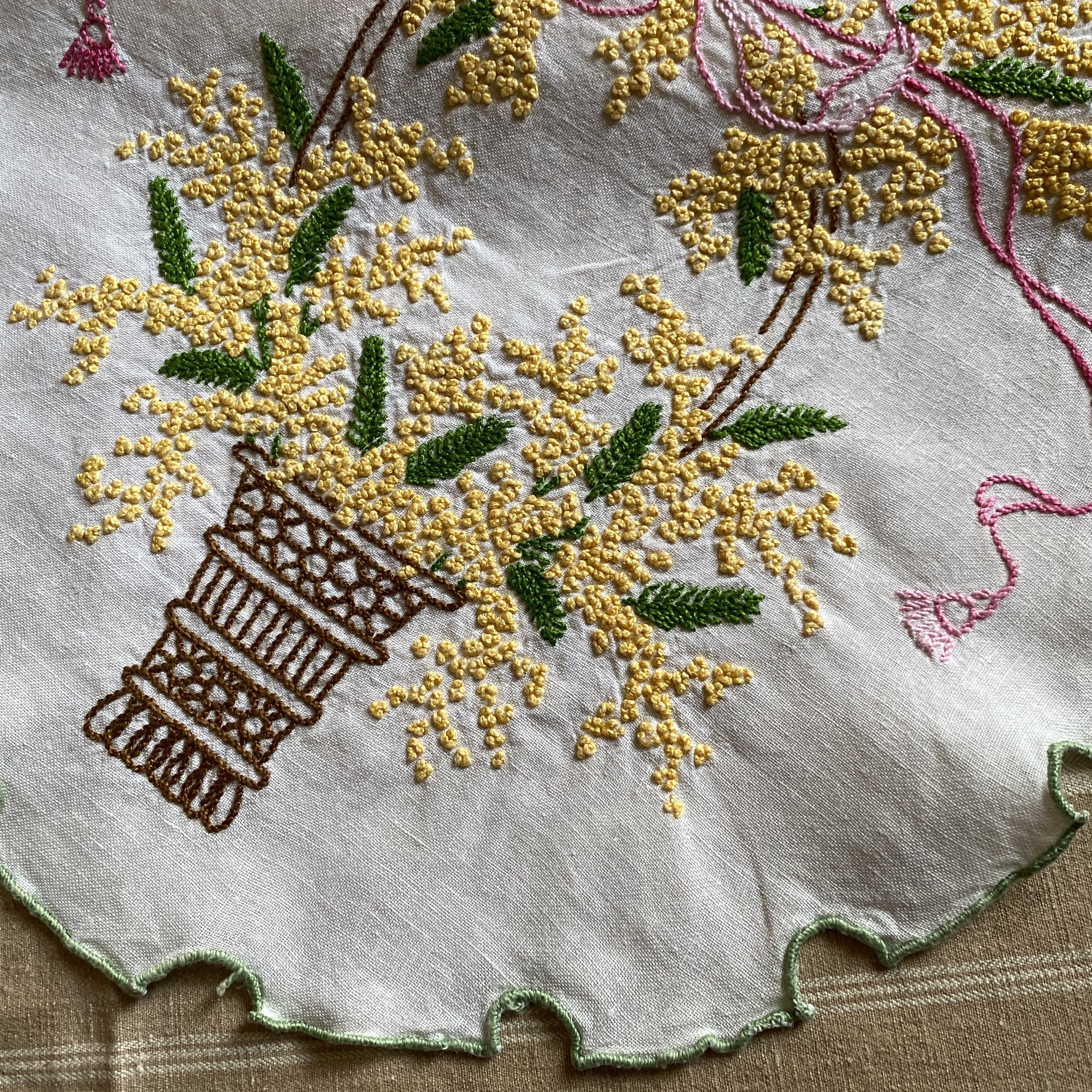 France ヴィンテージ手刺繍ドイリー・ミモザ / uv0111