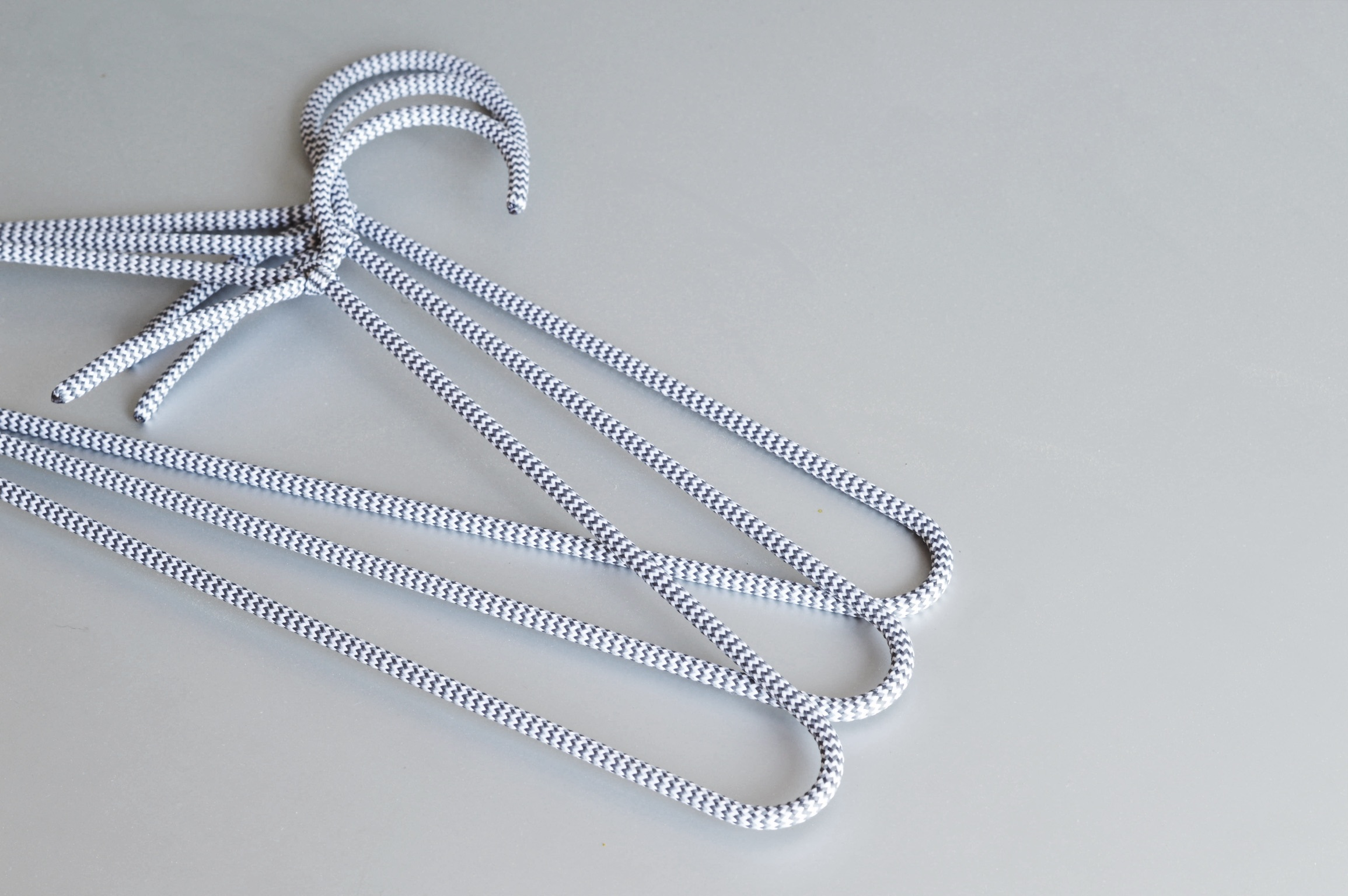 CORD HANGER    white/gray