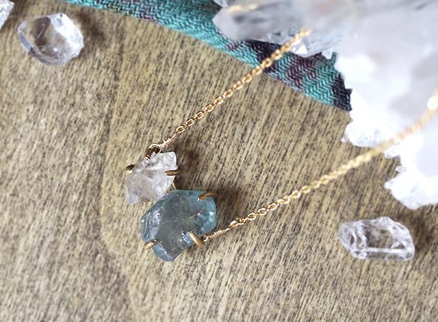 原石のブルージルコンとダイヤモンドクォーツのネックレス