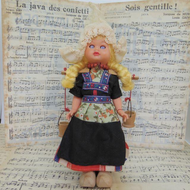 水瓶を担いだオランダ民族衣装の女の子