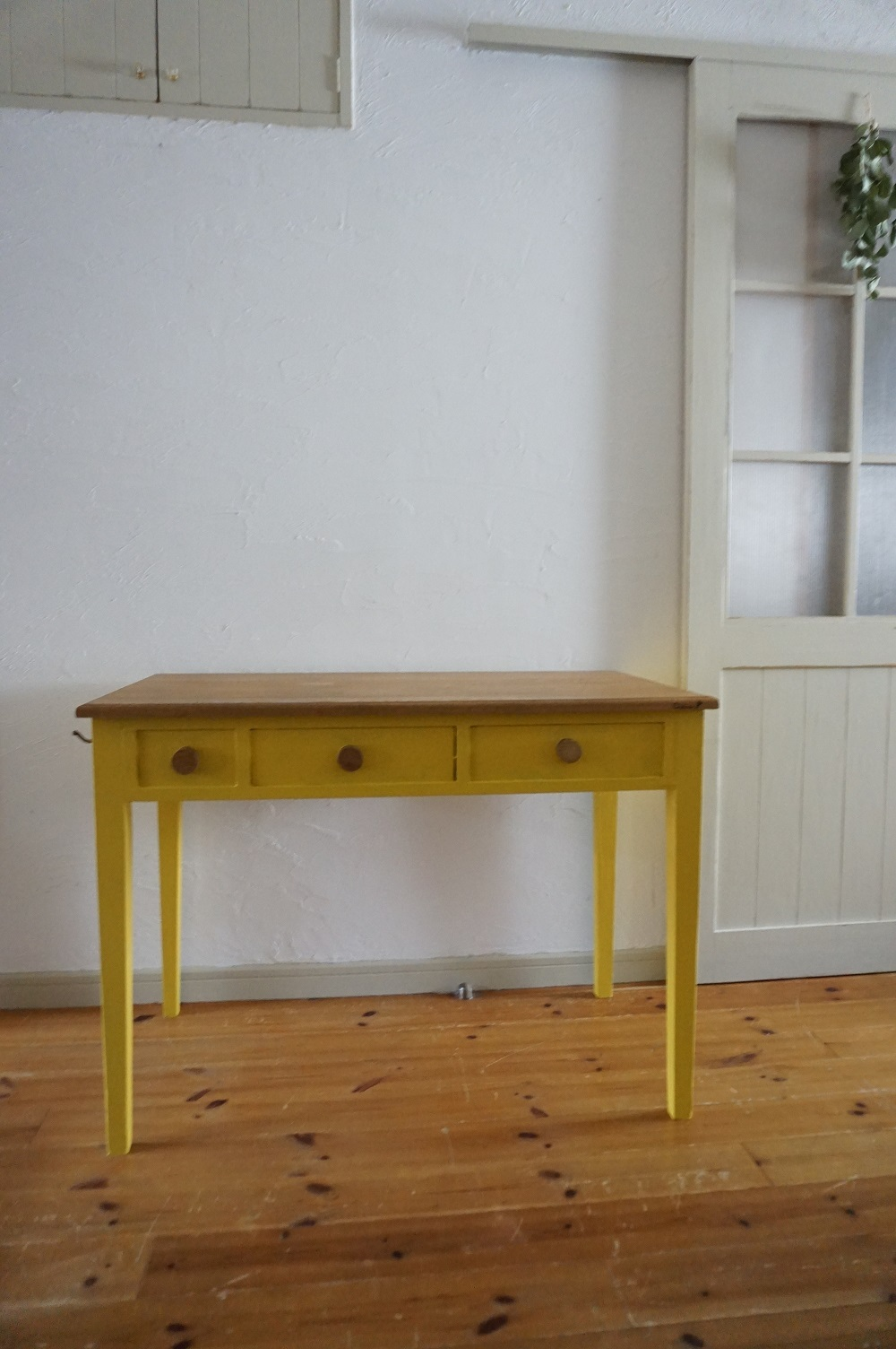 手作りの北欧色の机(黄色)