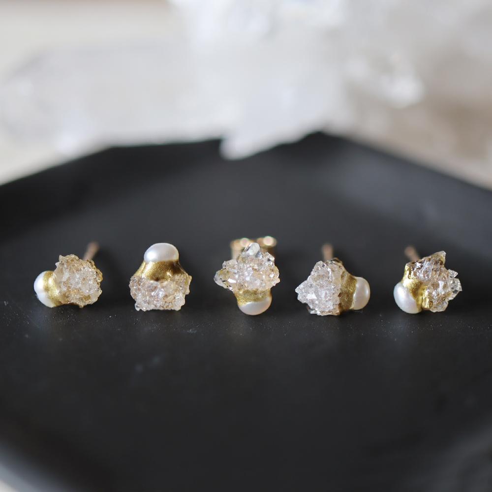 原石ドゥルージークォーツとパールの金継ぎプチピアス(1個/片方)