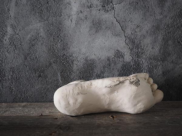 足の石膏像