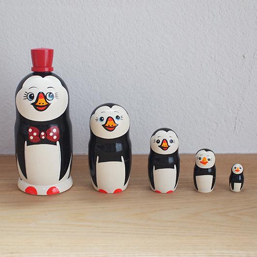【ロシア】 帽子をかぶったペンギンのマトリョーシカ (赤・大) 17cm