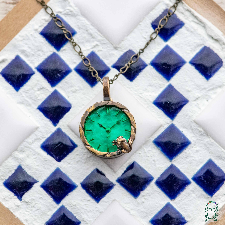 池をのぞく蛙ネックレス時計Sエメラルド