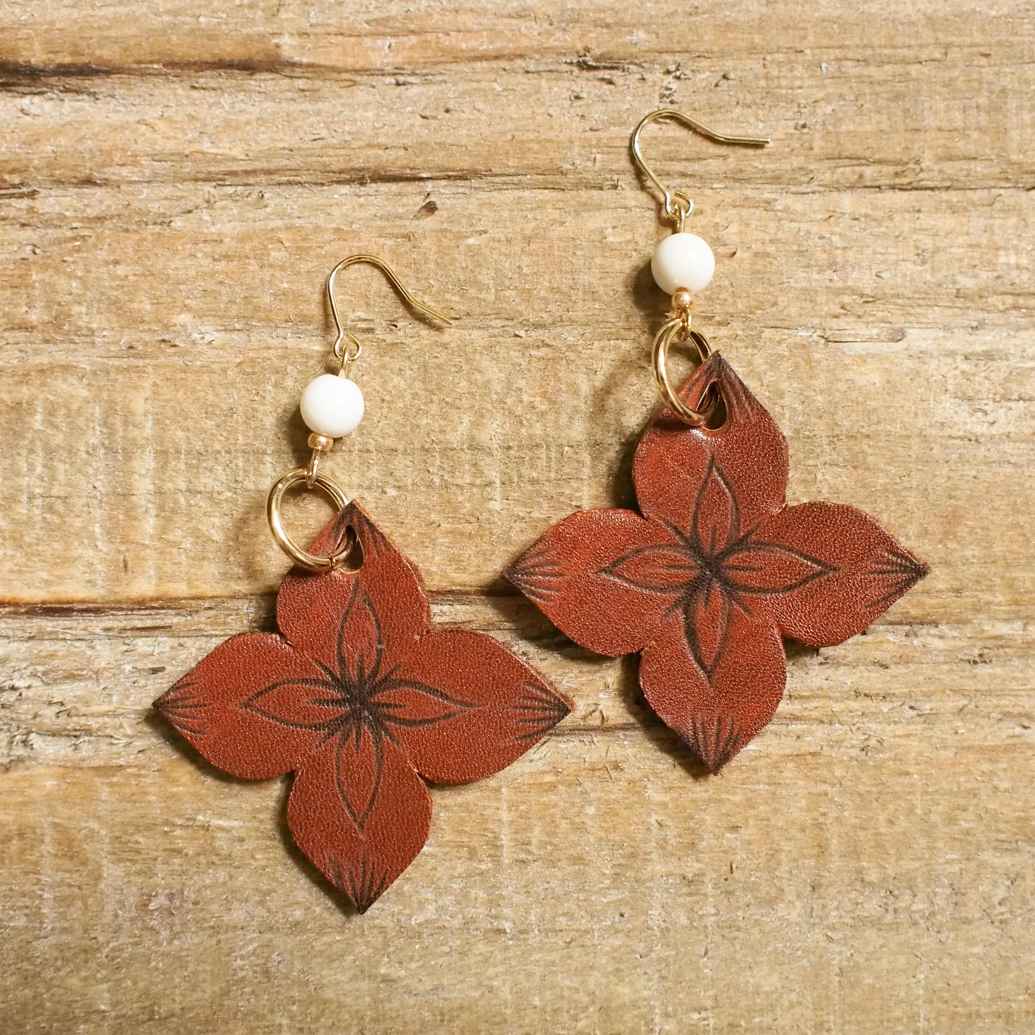 Leather Flower Pierce / brown