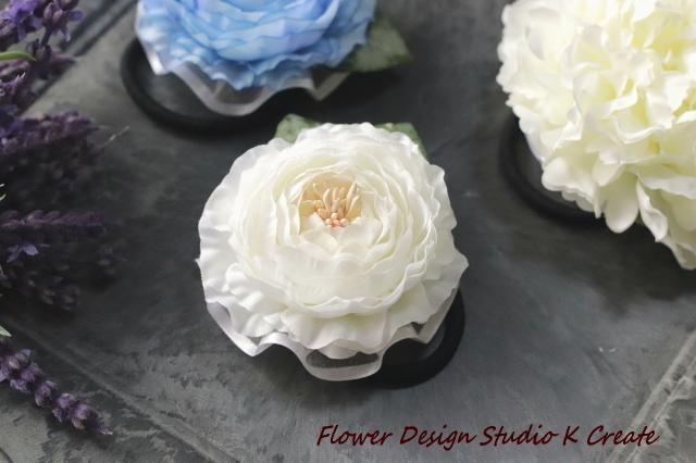 再販:清楚な白いラナンキュラスのお花のヘアゴム 造花 髪飾り お花 卒業式 入学式 卒園式 入園式 おでかけ 白 ホワイト